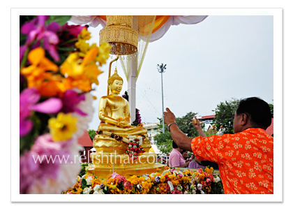 Pouring fragrance water on Buddha images